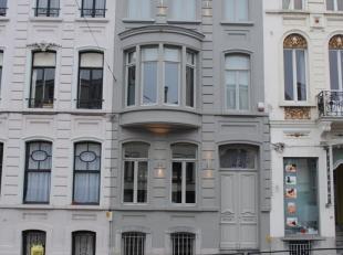 Vernieuwd appartement in volledig gerenoveerd herenhuis op wandelafstand van het Sint-Pietersstation en Citadelpark. Het appartement bevindt zich op d