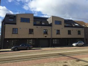 Recent nieuwbouwappartement van 130m² gelegen op het gelijkvloers en bestaande uit een zeer ruime living, ingerichte keuken met alle toestellen,