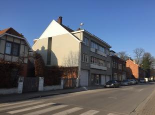 Dit volledig, gerenoveerd, INSTAPKLAAR en uiterst lichtrijk appartement bevindt zich op de 2e verdieping (links) van een kleinschalig gebouw te St-Ama
