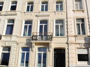 Dakappartement, nieuw, INSTAPKLAAR, in volledig gerenoveerd herenhuis omgeving Coupure/Bijloke. Het appartement bevindt zich op de 3e verdieping en be