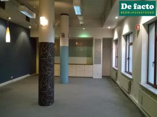 Showroom / kantoor te huur in Zwijnaarde (Gent), met zeer goede bereikbaarheid via de E40 (OostendeBrussel).<br /> Oppervlakte L<br /> : 421 m²<b