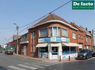 Magazijn (+- 315 m²) met woonst (+- 100 m²) en verhuurde winkel te koop in centrum Zomergem, centraal gelegen tussen de E40 en de N9<br /> p