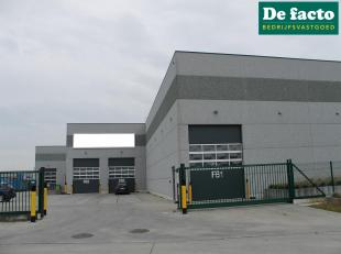 Quasi nieuwbouw magazijnen (+- 2670 m²) te huur te Evergem, vlakbij de R4<br /> perceel opp:  +- 5800 m²<br /> benutbare opp: +- 2670 m&sup2