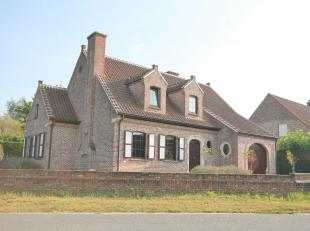 Goed gelegen woning in een rustige straat nabij het dorp van Laarne, bij scholen en openbaar vervoer, doch vlakbij R4.<br /> Een zeer degelijke woning