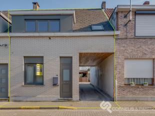 Instapklare woning bestaande uit; inkomhal, gezellige living, ingerichte keuken, berging en badkamer. Op de 1ste verdieping zijn er 3 ruime  slaapkame