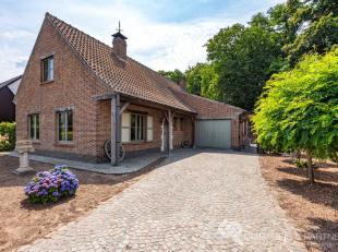 In een rustige groene verkaveling en zeer aangename woonbuurt, treft u op een ruim perceel deze alleenstaande gezinswoning met veel bewoonbare oppervl