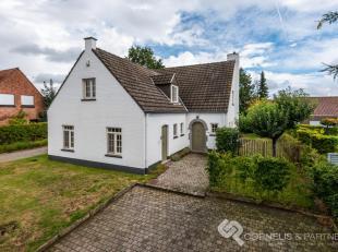 Deze bijzonder karaktervolle villa op een mooi ruim perceel werd volledig gerenoveerd en is gelegen vlakbij het centrum van Evergem. Vlotte bereikbaar