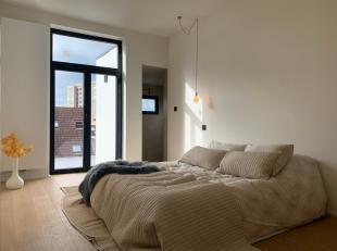 Dit dakappartement (65m2) is gelegen op de vierde verdieping van een kleinschalige residentie bestaande uit 5 appartementen.  Het gebouw is gelegen in