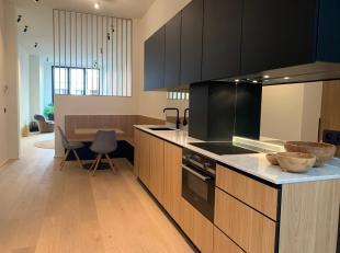Dit appartement (110m2) is deels gelegen op de gelijkvloerse verdieping en deels in het achtergebouw van een kleinschalige residentie bestaande uit 5