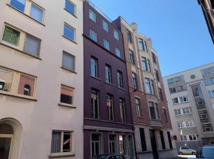 Het appartement (90m2) is gelegen op de derde verdieping van een kleinschalige residentie en bestaat uit een inkomhal met apart toilet.  Ruime open le