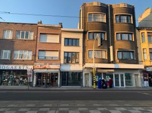Deze net gerenoveerde handelswoning is super commercieel gelegen in het midden van de drukke Bredabaan in Merksem.  Vanop het kruispunt heb je een fro