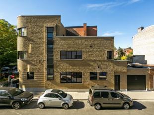 Statig hoekhuis volgens een ontwerp in 'Nieuwe Zakelijkheid' van architect Geo Bontinck, volledig gerenoveerd volgens de regels van de kunst. Deze pra