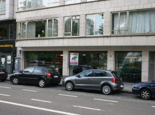 Dit commercieel gelijkvloers, geschikt voor winkel of kantoor, is gelegen aan Gent-Zuid, vlakbij op- en afrit van E17 en E40 met zicht op het Zuidpark