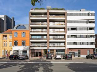 Lichtrijk en ruim (107m²) appartement in de nabijheid van het historische stadscentrum, de Blaarmeersen en de Watersportbaan. Dit appartement bes