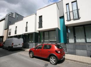 Schitterende recente woning met moderne stadstuin en dakterras. Omvat ondermeer een living met open keuken, 4 slaapkamers en 2 badkamers. Ruime stapel
