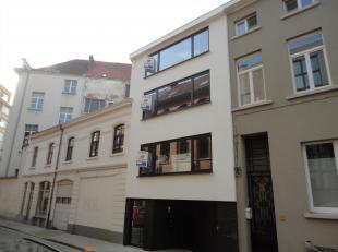 Dit volledig vernieuwd appartement aan de Zuid in Gent bestaat uit inkom, leefruimte met volledig ingerichte, open keuken (voorzien van keramische koo