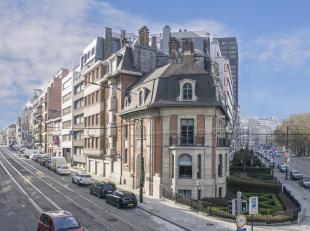 SITUATION AAA! Bathim&Co vous propose à la vente ce superbe immeuble mixte bien connu des Bruxellois datant de 1926 et conçu par l'a