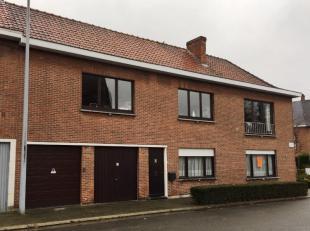 Dit gelijkvloers appartement is gelegen op de hoek Burgemeester J. Cardonstraat - Kouterstraat en omvat :Inkomhal, woonkamer, vernieuwde inbouwkeuken