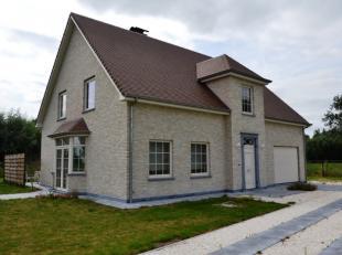 Zeer mooi, rustig en midden in het groen gelegen alleenstaande heel recente landelijke woning met tuin en inpandige garage.<br /> Deze energiezuinige