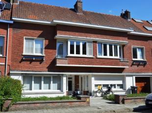 Knus gelijkvloers appartement in kleine residentie.<br /> Dit appartement is gelegen aan de linkerkant van het gebouw en omvat :<br /> Inkomhal, toile