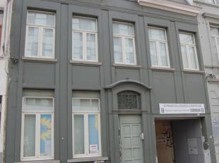 Studio met eigen badkamer en keuken te Gent, rechtover de Universiteit Gent en nabij de Vooruit. Water, elektriciteit en verwarming inclusief (exclusi