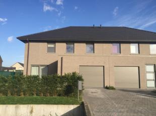 Moderne half open bebouwing in rustige en kindvriendelijke wijk te Lochristi. Deze woning omvat een ruime leefruimte met ingerichte keuken, garage en