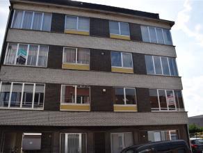Aan de stadsrand gelegen lichtrijk appartement (1e verd) met inkomhal met ingemaakte kasten, ruime living, ingerichte keuken met toestellen (kookvuur