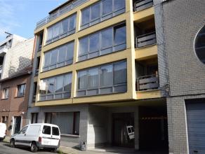 In het centrum gelegen appartement (1e verd) met inkomhal, lichtrijke living met zicht op straat, open ingerichte keuken met toestellen (elektrisch ko