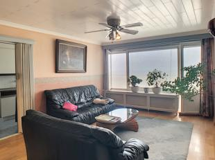 Dit ruime 1 slaapkamerappartement bevindt zich op de tiende verdieping. Het appartement omvat een inkomhal met vestiaire, lichtrijke woonkamer, keuken