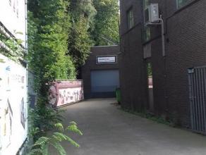 Magazijn/werkplaats in stadsrand van Sint-Niklaas. Grote, open ruimte van 100m². Voorzien van hoge, brede poort.