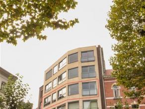 Zeer ruim appartement aan gezellig pleintje in Sint-Niklaas. Het appartement bestaat uit een inkomhal, een zeer grote leefruimte, ingerichte keuken, b