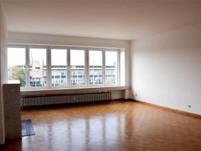 Vernieuwd appartement met terras en garage, gelegen op de 3e verdieping van een gebouw met lift. Het omvat een inkomhal, een leefruimte met veel licht