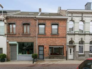 Te renoveren woning vlakbij het stadscentrum. De gelijkvloerse verdieping omvat een inkomhal, een leefruimte, een keuken, badkamer met douche en toile