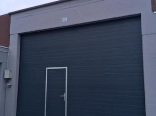 MAGAZIJN MET SECTIONALE POORT: poort 3,10 M HOOG OP 4,48 M BREED. het magazijn is 15,83 meter diep op 11 meter breed. elektriciteit 3 fazen aanwezig,