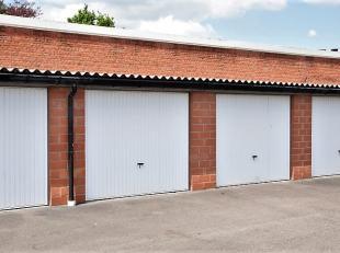 Mooi afgesloten garagebox.<br /> Geschikt voor auto, remorque, boot, ...)<br /> <br /> Centrale ligging nabij ring.<br /> <br /> Inlichtingen 0475/62.