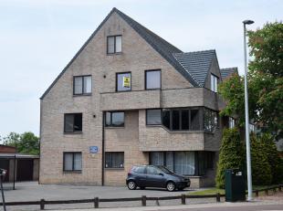 Zeer gezellig duplexappartement met ideale ligging.<br /> Indeling: hall, zeer lichte living, ing. keuken met plaats voor eettafel, badkamer met ligba