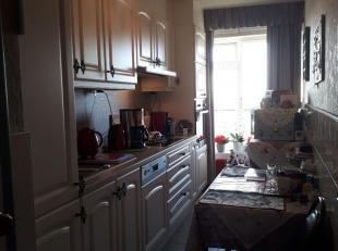 Gezellig appartement ( 12e V) met een mooi uitzicht ( terras Z- gericht) heeft volgende indeling: inkomhal, recent ingr. keuken, l- vormige living, 2