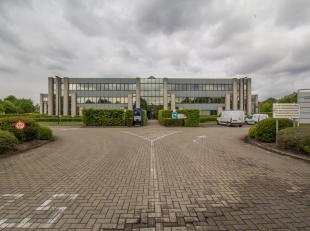 Dit kantoorgebouw heeft een totale vloeroppervlakte van ca 2.400 m²  en bestaat uit 6 vleugels van elk ca 400 m², verdeeld over 3 bouwlagen.