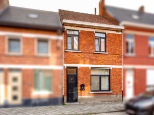 Nabij het centrum van Lokeren deze instapklare woning. Inkom, 2 leefruimte, eetplaats, keuken en tuin. Boven 3 slaapkamers. EPC 416 kWh/m². Wg, V