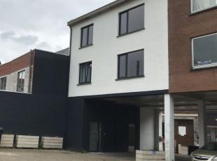 Centraal gelegen en instapklare woning  met 3 slaapkamers en 2 autostaanplaatsen<br /> Lichte en ruime woning (180m²) in het centrum en makkelijk