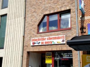 Dendermonde, Oude Vest 65.In het centrum, op TOPLOCATIE, gelegen winkelruimte of kantoorruimte (onmiddellijk naast C&A).Indeling: Etalage aan de s