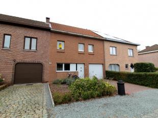 Sint-Gillis-Dendermonde, Plattenakker 28.Ruime, goed gelegen gezinswoning met 3 slaapkamers.Indeling:Inkomhal met trap naar de verdieping. Rechtop toe