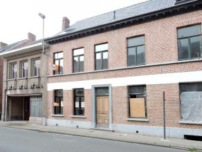 Te Lebbeke, vlakbij het centrum hebben we deze instapklare, met oog voor detail afgewerkte, luxe-burgerwoning. De gelijkvloerse verdieping biedt u een