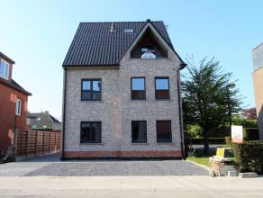 Dit uitmuntend duplexappartement op centrale locatie te Wetteren heeft een ruime woonkamer met open geïnstalleerde keuken en praktische berging,