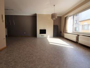 Dit knusse appartement in het centrum van Wetteren is ideaal voor wie van ruimte en comfort houdt. Op de eerste verdieping treffen we een grote, licht