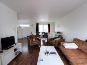 In het centrum van Wetteren bevindt zich dit modern, instapklaar en energiezuinig appartement op het 2e verdiep. Via de inkomhal komt u terecht in een