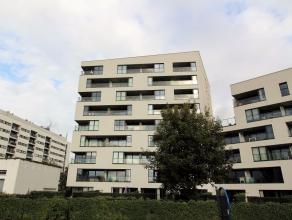 Op de achtste verdieping van deze prachtige Residentie bevindt zich dit kwalitatief afgewerkt appartement met inkomhal, een lichtrijke woonkamer, een