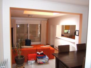Ruime, gezellige duplex te Sint-Niklaas!In deze ruime duplex treffen we op de gelijkvloerse verdieping een ingerichte keuken, voorzien van alle comfor