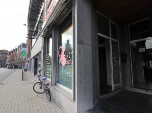 In de Franz Courtensstraat met uitzicht naar de Dender toe vinden we dit handelspand terug. Het handelspand is voorzien van een privéingang met