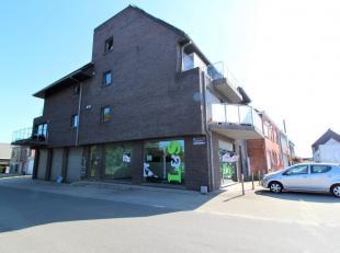 Centraal gelegen handelsgelijkvloers in recent gebouw (2009) op de verbindingsweg tussen Gent & Aalst. Indeling:Ruime winkel/kantoorruimte met eta